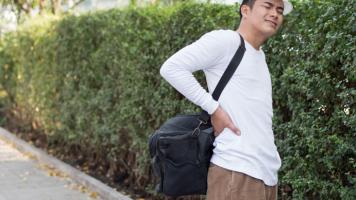 Sering Mengangkat Beban Berat? Waspadai Masalah Tulang Belakang Anda image