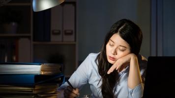 Sering Kerja Lembur dan Kurang Tidur? Hati-hati, Risiko Kesehatan Ini Bisa Mengintai image