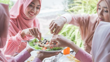 Atur Pola Makan Saat Lebaran Agar Tak Terkena 3 Penyakit Ini image